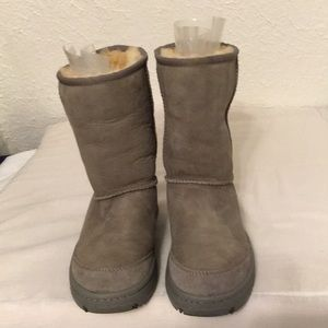 UGG excellent like new condition gray boots